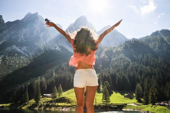 Счастье, горы, девушка в шортах