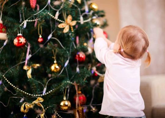 наряжать Рождественскую елку